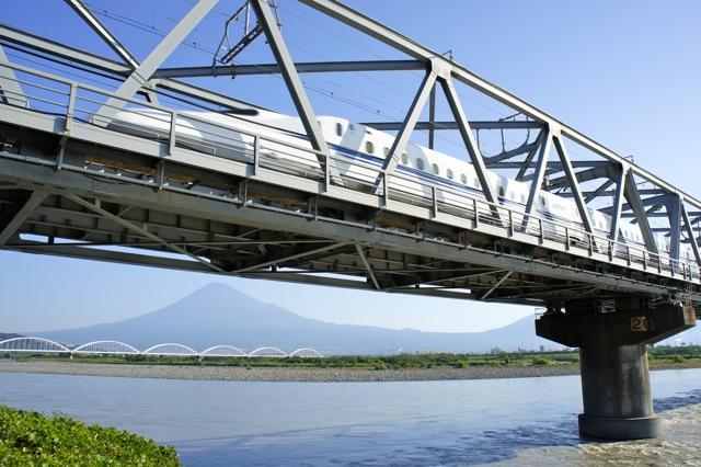 橋を渡る新幹線。